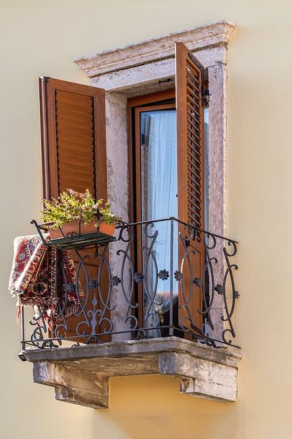 balcony-4539184_640