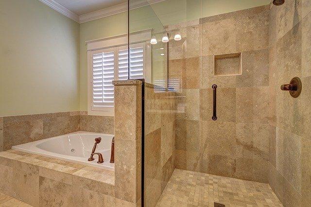 Steny zo skla sa dajú využiť aj v domácnostiach