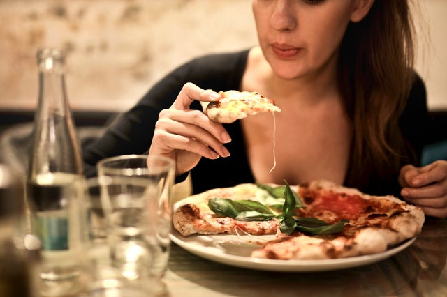 Žena, ktorá je pizzu.jpg