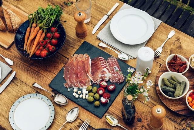 Stôl plný jedla.jpg