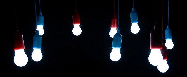 Visiace žiarovky.jpg
