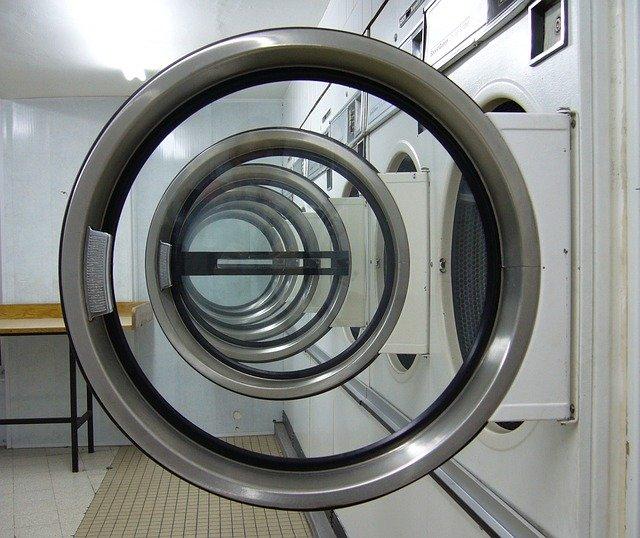 Práčky vedľa seba s otvorenými dvierkami.jpg