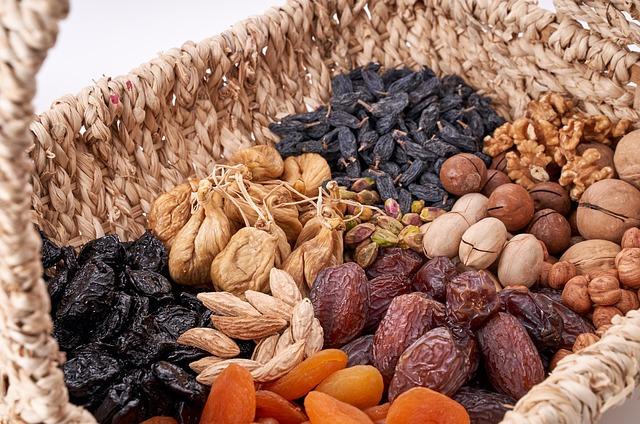 Sušené ovocie a orechy v košíku.jpg