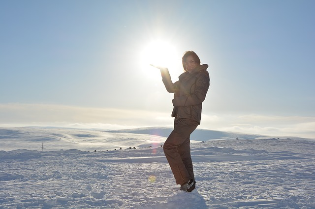 Žena stojí na snehu, zasnežené prostredie