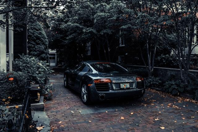 zaparkované športové auto